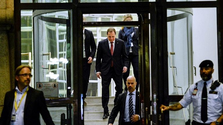 ستيفان لوفين وهو خارج من اجتماع روساء الاحزاب بشأن سياسة اللجوء