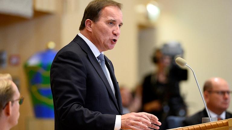 رئيس الحكومة ستيفان لوفين يقرأ التقرير الدوري لانجازات الحكومة