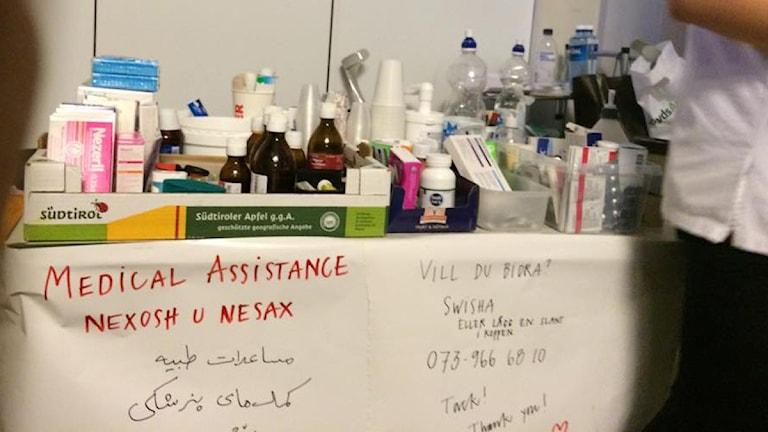 متطوعات و متطوعون يقدمون مساعدة طبية في محطة القطارات الرئيسية