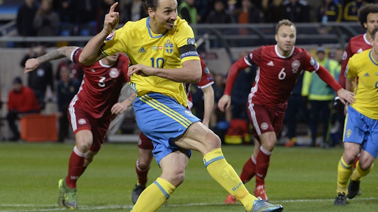 Ibrahimovic gör 2-0 på straff i lördagskvällens EM-kvalmatch i fotboll (playoffmatch
