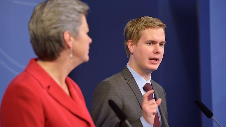 Ylva Johansson S, wasiirka suuqa shaqada iyo Gustav Fridolin, MP wasiirka tacliinta. Sawirle: Henrik Montgomery/TT.