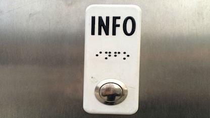 زر بطريقة برايل بمجرد الطغط عليه تسمع معلومات حول أرقام وتوقيت وصول وسائل المواصلات إلى المحطة / صورة عبد العزيز معلوم