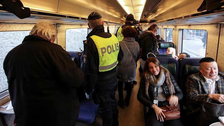 فرض الرقابة وتدقيق الأوراق الثبوتية في الحافلات والقطارات