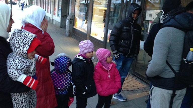 خارج مكتب مصلحة الهجرة في كارلستاد. صورة بعدسة وائل عثمان من راديو السويد.