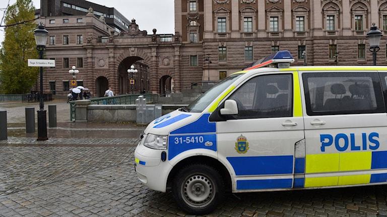سيارة للشرطة أمام مبنى البرلمان السويدي، بعد رفع مستوى التأهب الأمني ضد الإرهاب. Foto: Jonas Ekströmer/TT.