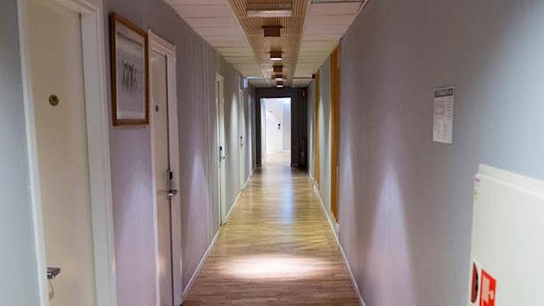 En tom korridor på ett av Migrationsverkets asylboenden. Foto: Maja Suslin/TT