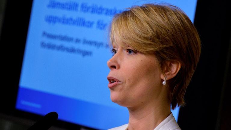 وزيرة الضمان الإجتماعي أنيكا ستراندهل ترى ضرورة إجراء تحقيق قبل البدء بتنفيذ قانون تقليص مده اجازة الوالدين