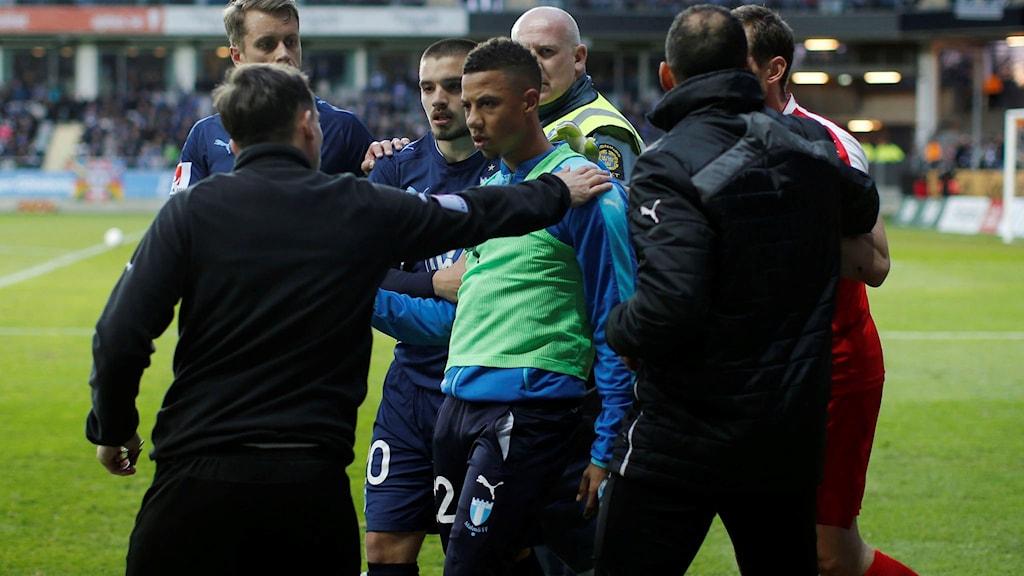 obias Sana leds bort från IFK-klacken efter att han träffats av en smällare