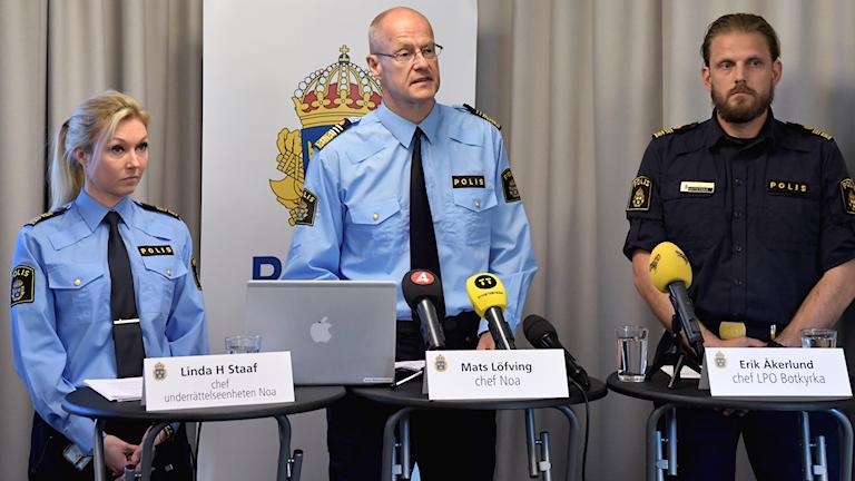 Linda H Staaf, chef för underrättsenheten NOA, Mats Löfving, chef för NOA, och Erik Åkerlund, chef LPO Botkyrka, presenterar en nationell lägesbild över kriminell påverkan i lokalsamhället och utvecklingen i utsatta områden, under en pressträff hos Polsien i Stockholm.