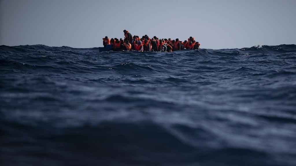 Flyktingar i båt.