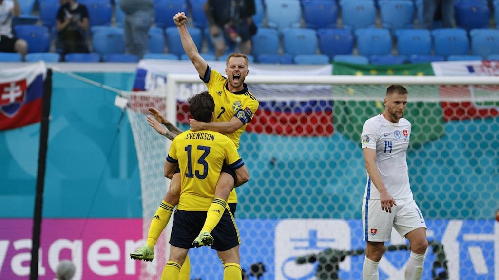 Bild på Sveriges spelare Sebastian Larsson och Gustav Svensson som jublar efter att de vunnit mot Slovakien.