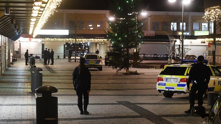 En man har skjutits på en restaurang i Rinkeby