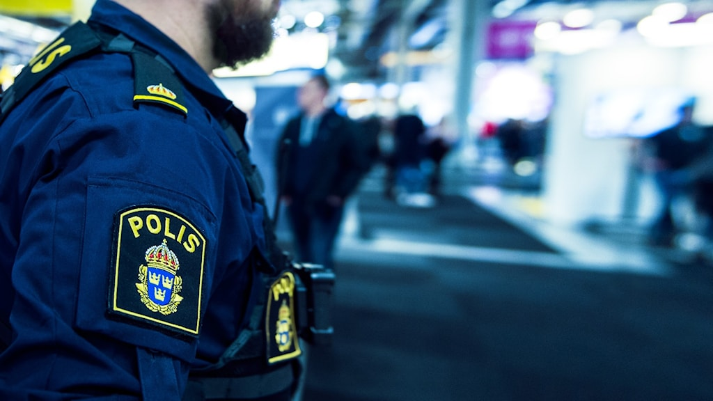 polis i uniform i stadsmiljö