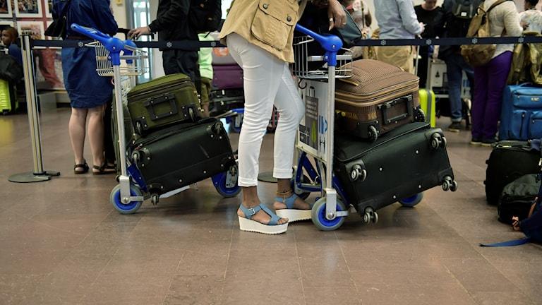 Väntande personer på flygplatsen