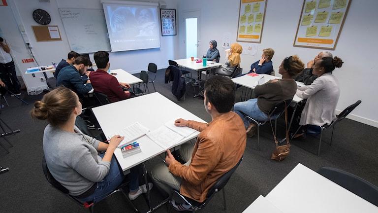 مجموعة من الدارسين في دورة اللغة السويدية للمهاجرين في منطقة نكا في ستوكهولم