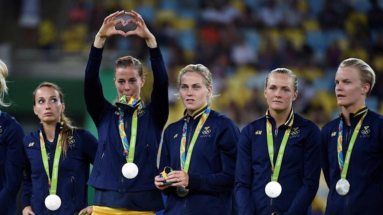 اللاعبات السويديات تتوجن بالميدالية الفضية.