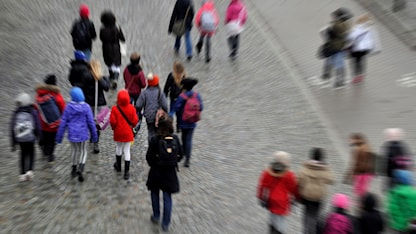 أطفال ذاهبون إلى المدرسة.