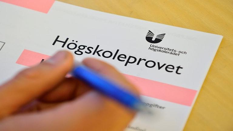 STOCKHOLM 20131026 Drygt 63 000 personer har anmält sig för att skriva högskoleprovet under lördagen. Bilden från Södra Latins Gymnasium i Stockholm.