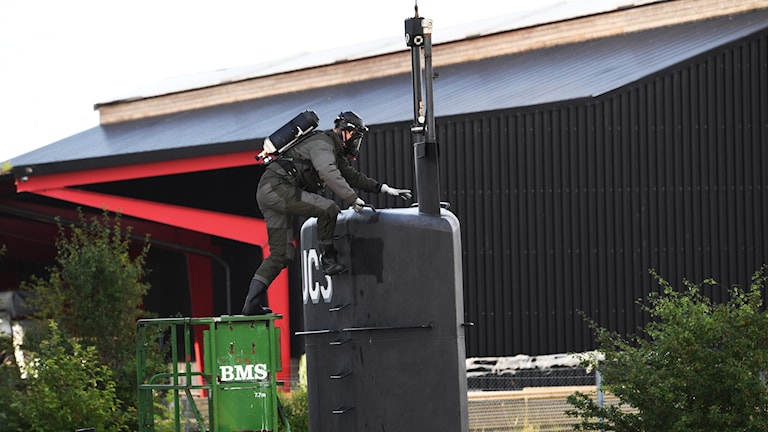 Tekniker klättrar ombord på ubåten