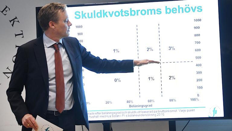 Finansinspektionens chefsekonom Henrik Braconier vid en presskonferens