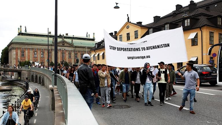 Ungdomarna protesterar mot utvisningarna till Afghanistan