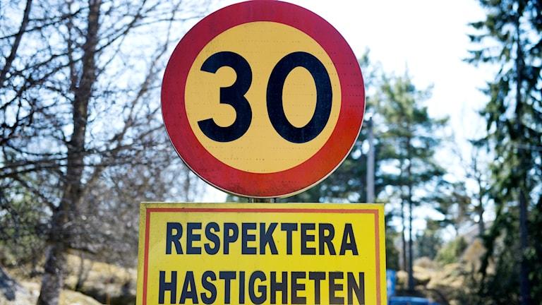 Vägmärke med hastighetsbegränsning