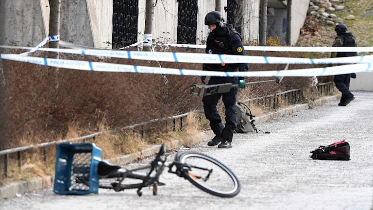 Polisen undersöker det avspärrade området.
