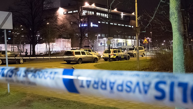 Avspärrningar runt polisstationen.