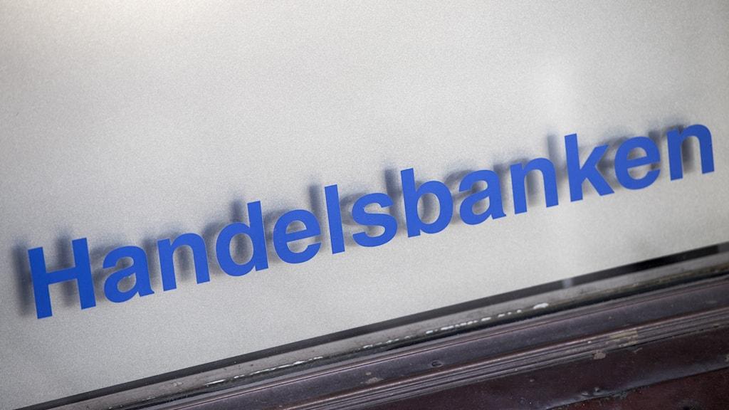 """Blå text där det står """"handelsbanken""""."""