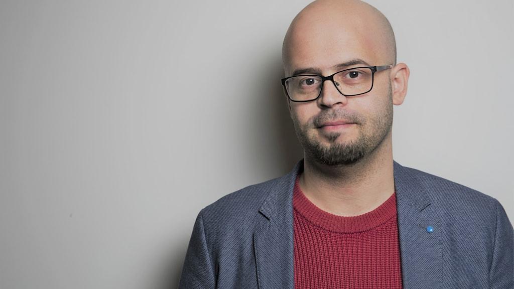 الصحفي السوري علي عبدالله يساعد اللجئين في تجاوز صعوبات الحصول على عمل