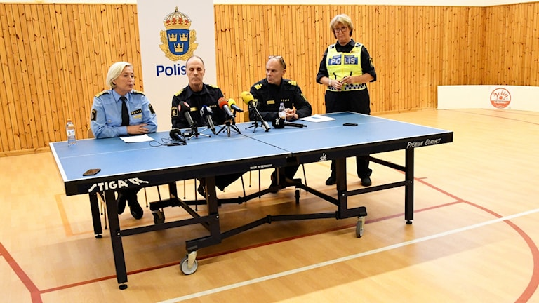 Carina Persson, Syds regionpolischef, Patric Heimbrand, polisområdeschefen, och Sven Holgersson, lokalområdespolis, under pressträffen i Helsingborgs polishus.