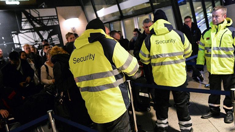 الشرطة تفتش على هويات المسافرين في كارستروب