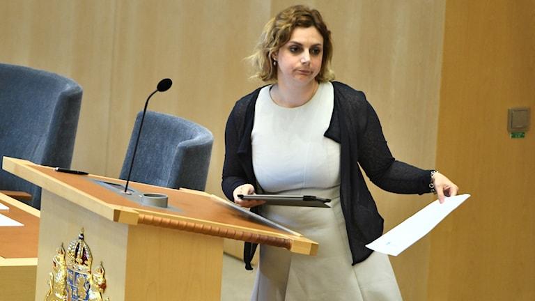 Riksdagsledamot Paula Bieler lämnar över Sverigedemokraternas misstroendeförklaring mot statsminister Stefan Löfven till första tal man Urban Ahlin