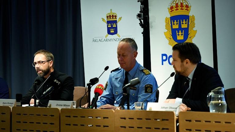 المدعي العام هانس إيرمان وممثلان عن الشرطة والاستخبارات في ي مؤتمر اليوم.