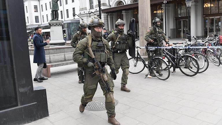 Beväpnad polis vid Centralstationen