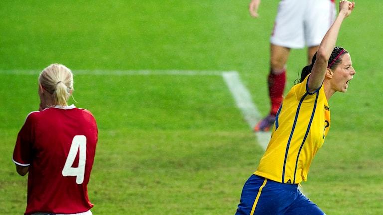 GÖTEBORG 20100911 Sveriges Lotta Schelin jublar efter att ha gjort 2-0 målet i lördagens första play-offmatch i VM-kvalet för damer mellan Sverige och Danmark på Gamla Ullevi i Göteborg. Sverige vann med 2-1.