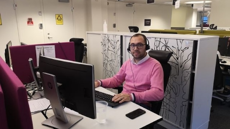 أنس غرة درس مهنة مساعد مهندس إلكترون وهو من أحد القادمين الجدد ممن حصلوا مؤخراً على عقد عمل ثابت
