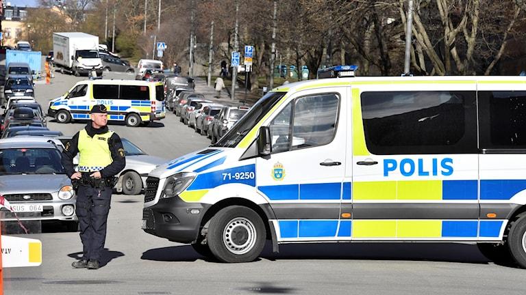 Poliser spärrar av Bergsgatan utanför säkerhetssalen vid Stockholms tingsrätt