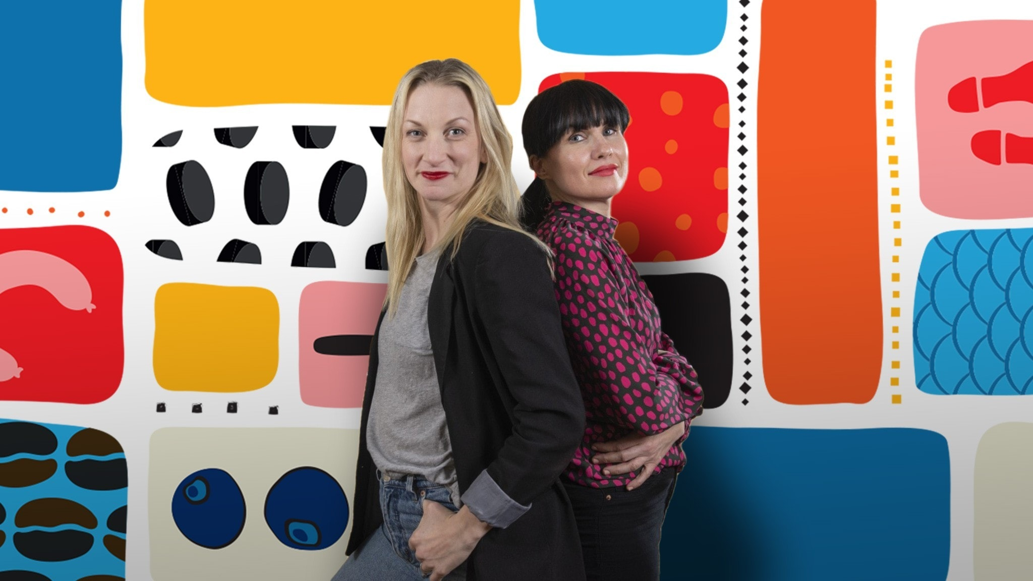 Programledarna Hanna och Hanna framför en färgglad bakgrund.