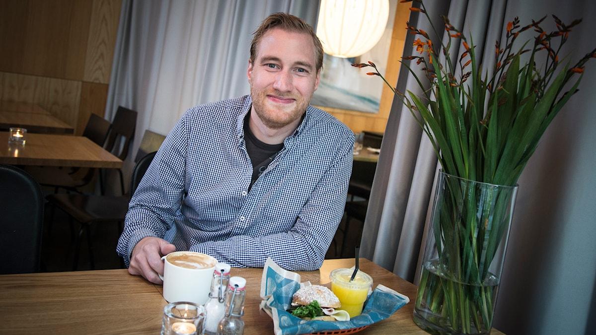 Huomenta Ruotsi -ohjelman juontaja Timo Laine. Foto: Micke Grönberg/Sveriges Radio
