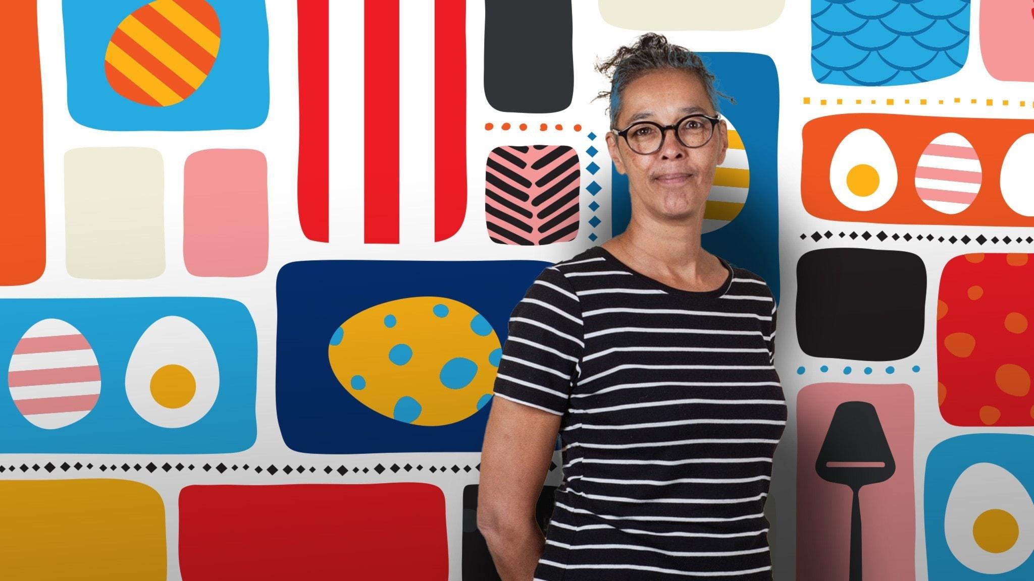 Programledaren Liisa framför en färgglad påskbakgrund