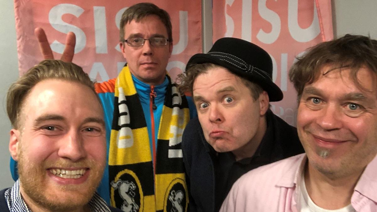 Timo Laine, Kyösti Salmijärvi, Jukka Takalo ja Markus Lampela Sisuradion studiossa selfiessä. Kuva: Timo Laine/SR Sisuradio
