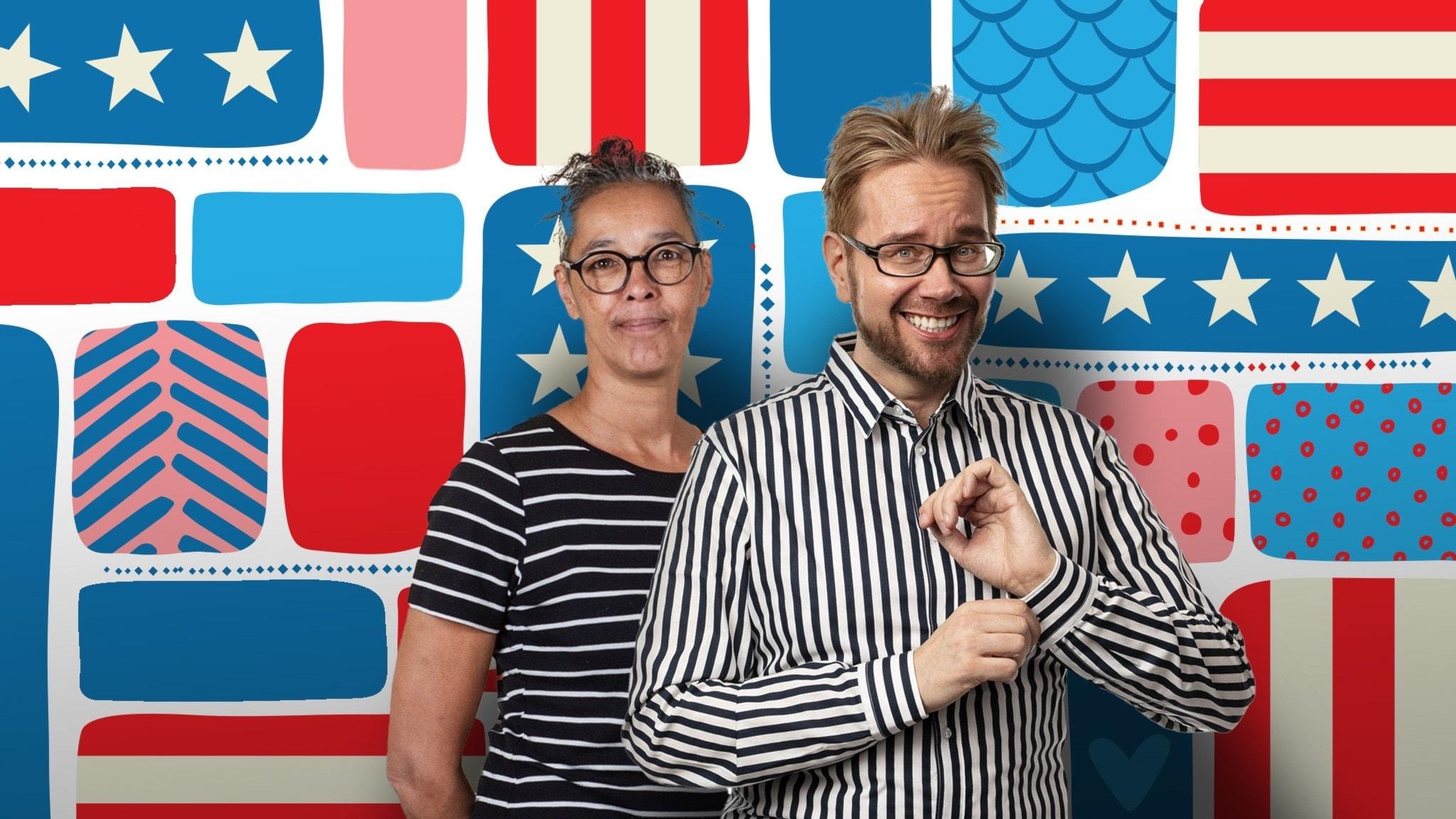 Programledarna framför en dekorbakgrund.