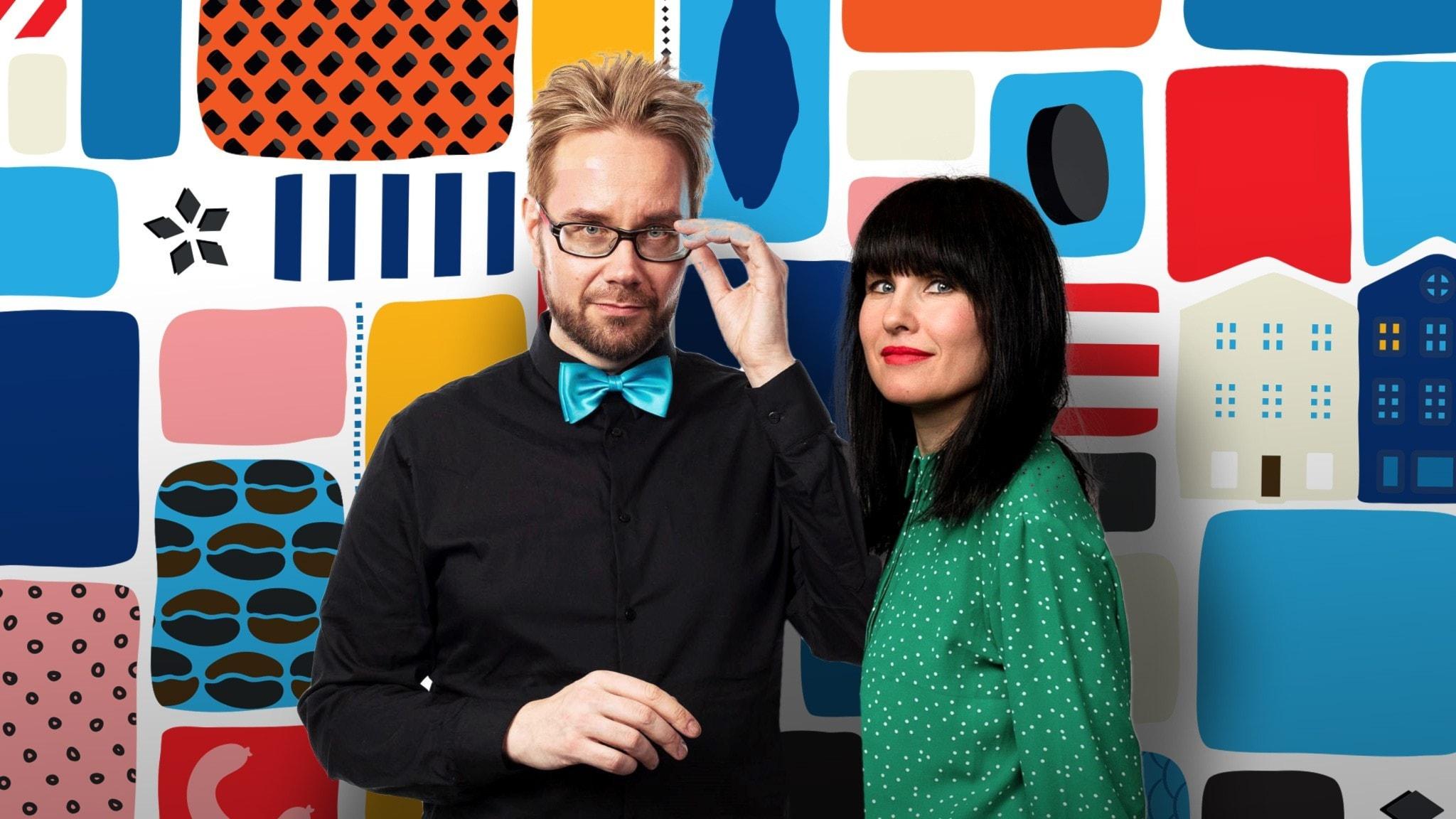 Programledarna Erkki och Hanna framför en färgglad bakgrund.