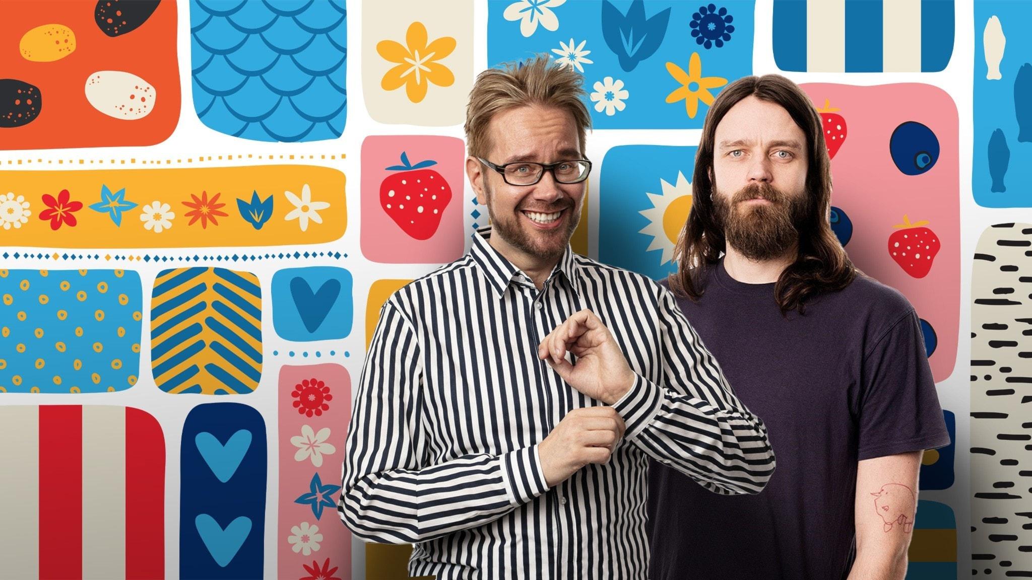 Programledarna Erkki och Kai framför en somrigt färggrann dekorbakgrund.