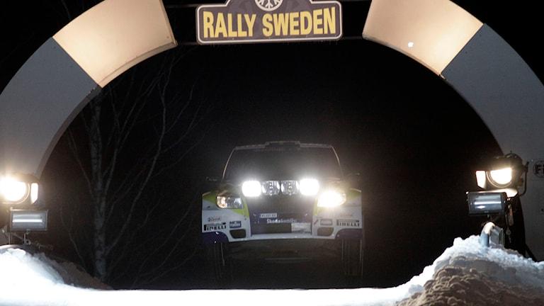 Bil som hoppar på Färjestadstravet. Foto: Micke Fransson/TT