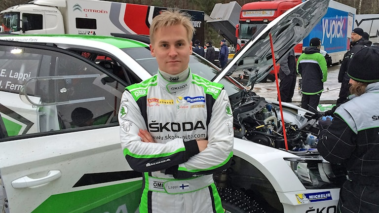 Esapekka Lappi framför sin bil på rallytesten vid Anttila.