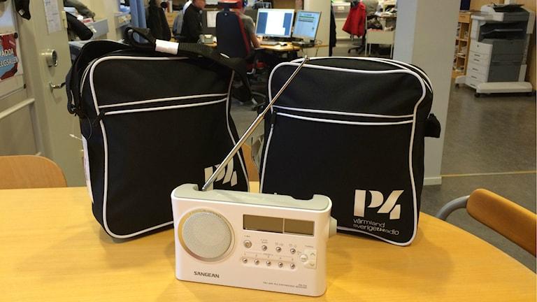radio och svarta väskor