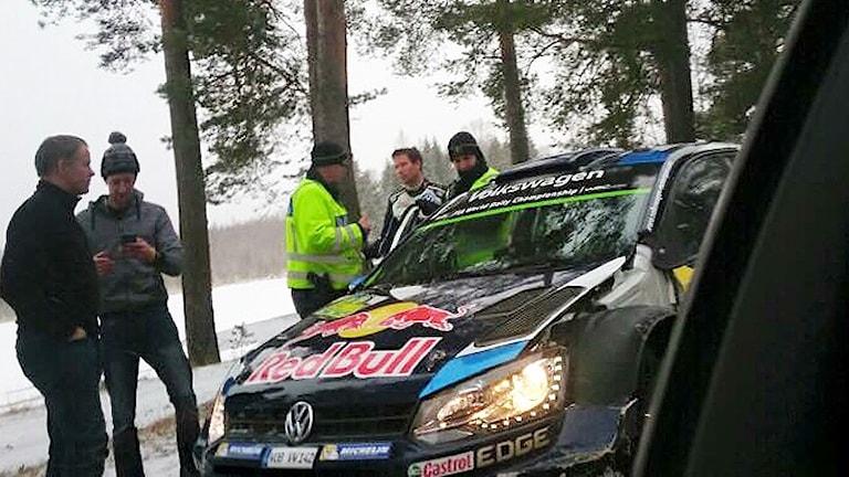 Ogier i samtal med polise. Foto: Akke Nilsson