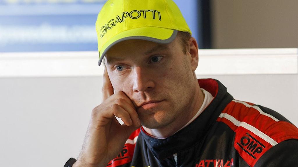 En bekymrad Jari-Matti Latvala tvingas bryta rallyt.